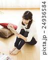 女性 若い女性 タブレット ライフスタイル 休日 かわいい カジュアル ティータイム 24936584