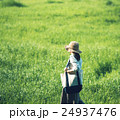 散歩 女性 草原の写真 24937476