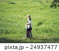 散歩 女性 草原の写真 24937477