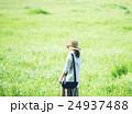 散歩 女性 草原の写真 24937488