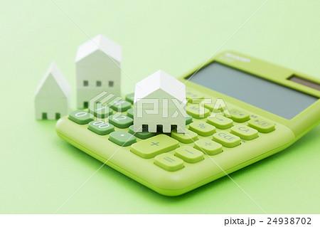 電卓と白い家 グリーンバック 24938702