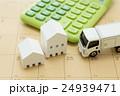 物流イメージ トラックと電卓と家 24939471