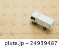 物流イメージ トラックとカレンダー 24939487