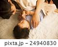 赤ちゃん 親子 寝かしつけの写真 24940830