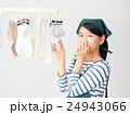 室内干しした洗濯物の匂いを嗅ぐ女性 24943066