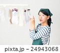 室内干しした洗濯物の匂いを嗅ぐ女性 24943068