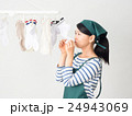 室内干しした洗濯物の匂いを嗅ぐ女性 24943069