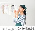室内干しした洗濯物の匂いを嗅ぐ女性 24943084