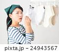 室内干しした洗濯物の匂いを嗅ぐ女性 24943567