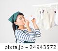 室内干しした洗濯物の匂いを嗅ぐ女性 24943572
