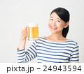 笑顔でビールジョッキーを持つ女性 24943594