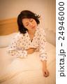 夜 ベッド 女性 24946000