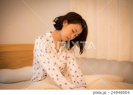 夜 ベッド 女性 24946004