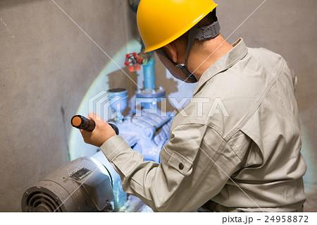 ビルの配管を点検する男性・ビルメンテナンス 24958872