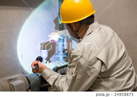 ビルの配管を点検する男性・ビルメンテナンス 24958875
