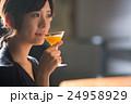 バーでカクテルを飲む女性 24958929