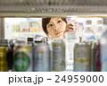 ドリンクコーナー 冷蔵庫 女性の写真 24959000