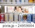 お客 コンビニ 冷蔵庫の写真 24959004