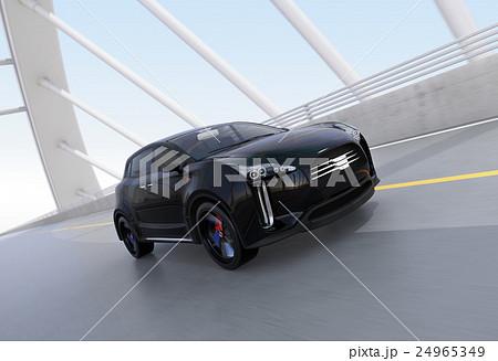 アーチ橋に走行するブラックの電気自動車SUV 24965349
