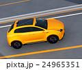 高速道路に走行する黄色の電気自動車SUV 24965351