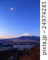 杓子山から見る夜明けの富士山と月、忍野の街並み 24974285
