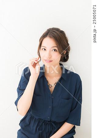 20代女性(紺 ブラウス) 25005071