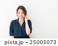 20代女性(紺 ブラウス) 25005073