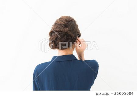 20代女性(紺 ブラウス) 25005084