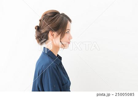 20代女性(紺 ブラウス) 25005085