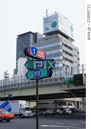 東京の道・国道1号桜田通りと都道319号線の交差する赤羽橋交差点の道路標識と首都高速道路・縦位置 25006711