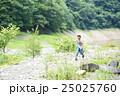 ハイキングする子供 25025760