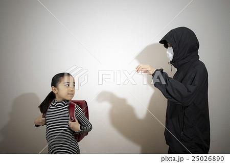 不審者と小学生の女の子 犯罪イメージ の写真素材 [25026890] - PIXTA