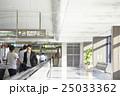 空港内を歩く男性 25033362