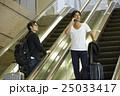 空港で出発を待つ男性 25033417