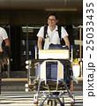 空港から出て来る男性 25033435
