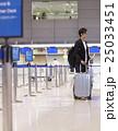 空港で出発を待つ男性 25033451
