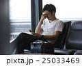 空港で出発を待つ男性 25033469