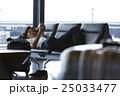 空港で出発を待つ男性 25033477