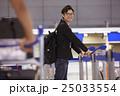 空港で出発を待つ男性 25033554