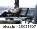 空港で出発を待つ男性 25033607