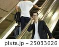 空港で出発を待つ男性 25033626