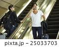 空港で出発を待つ男性 25033703