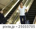 空港で出発を待つ男性 25033705
