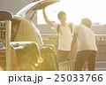 空港の駐車場で車に荷物を積み込男性 25033766