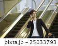 空港で出発を待つ男性 25033793