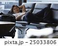 空港で出発を待つ男性 25033806