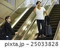 空港で出発を待つ男性 25033828