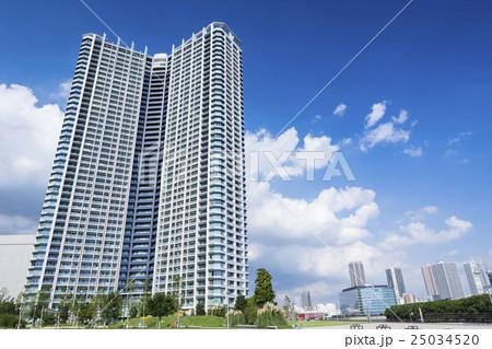 初秋の澄んだ青空と緑とタワーマンション 25034520