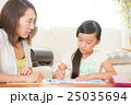 勉強を教える母親と娘 25035694