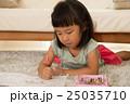 塗り絵で遊ぶ女の子 25035710